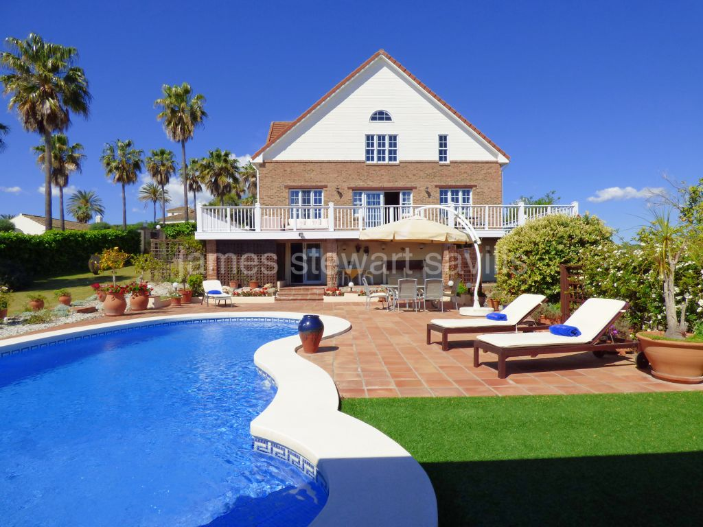Sotogrande, Very attractive wooden chalet style villa with lovely elevated green zone views