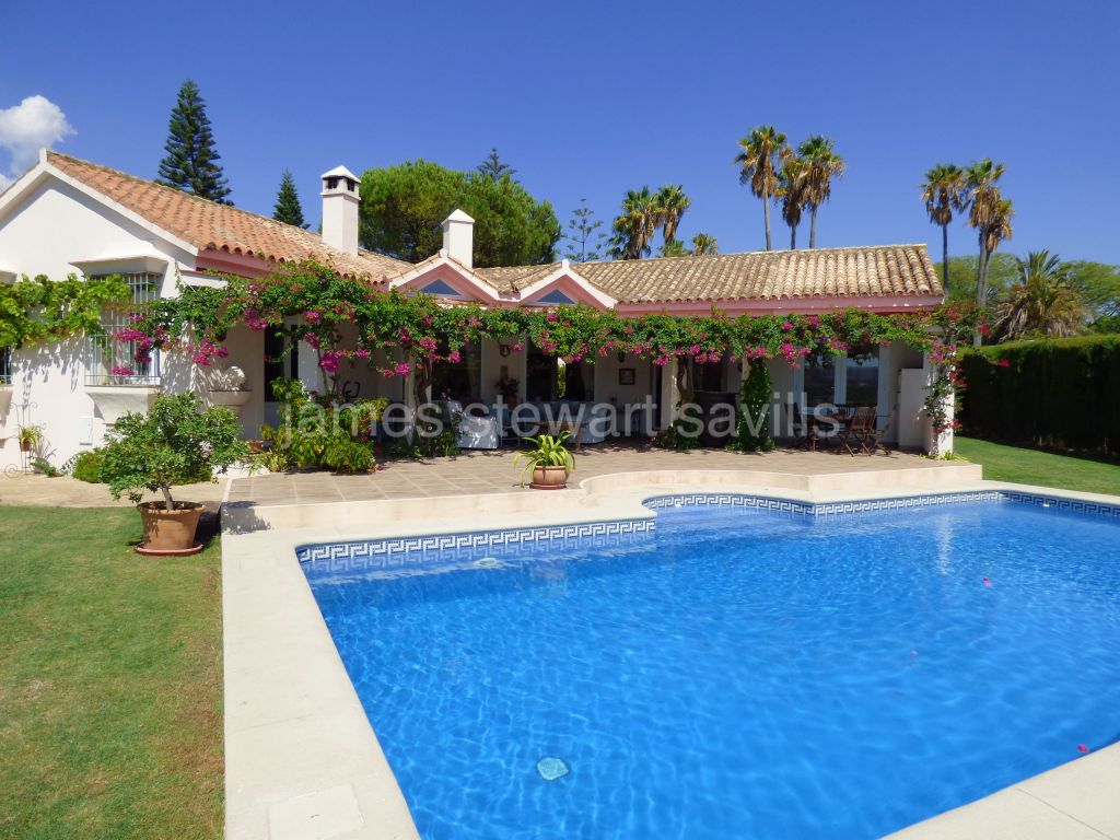 Sotogrande, Summer rental - Attractive single storey Spanish style villa with lovely elevated views