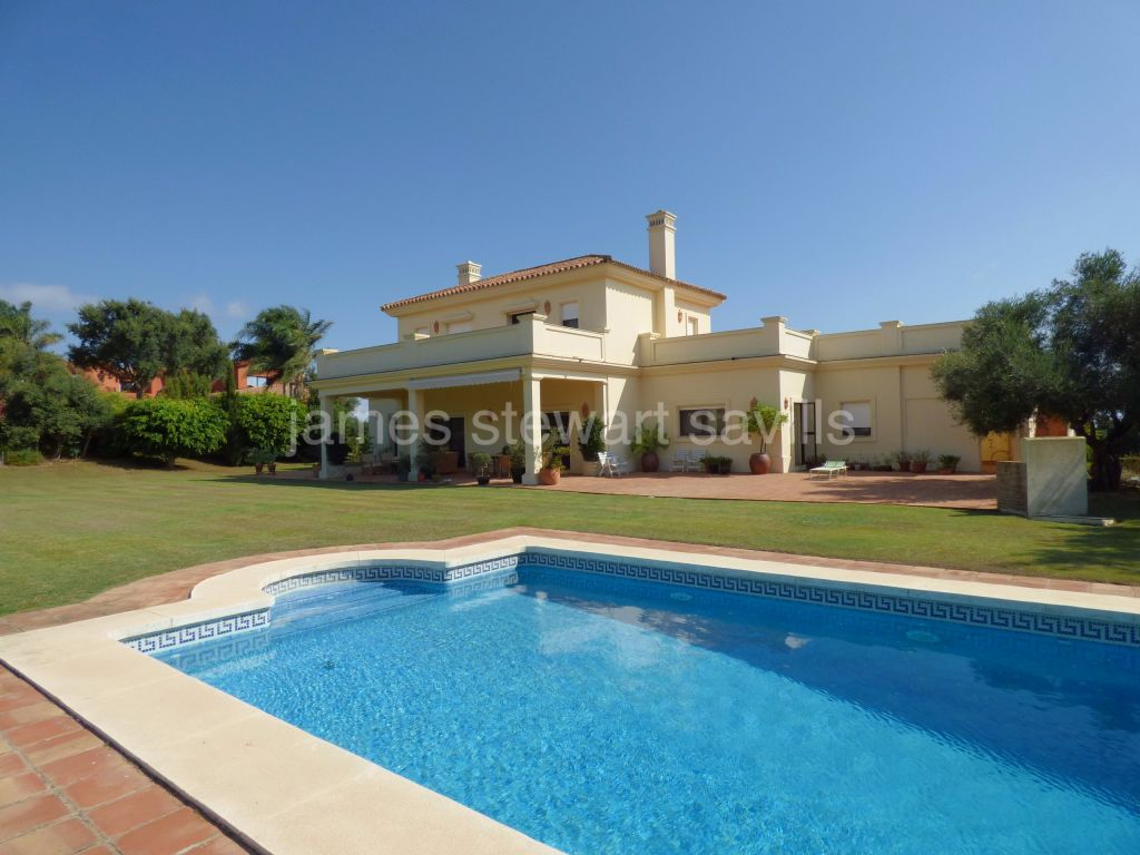 San Roque, Extremely nice front-line golf villa with sea views within a golf resort