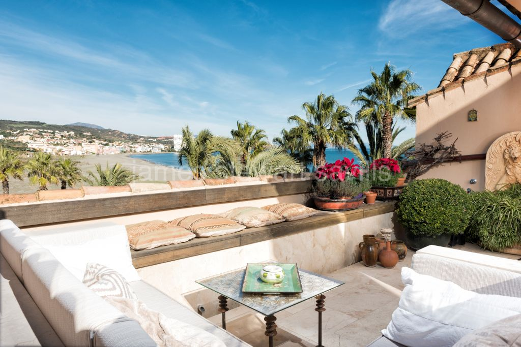 Sotogrande, A truly charming penthouse with terraces towards the port and beach.