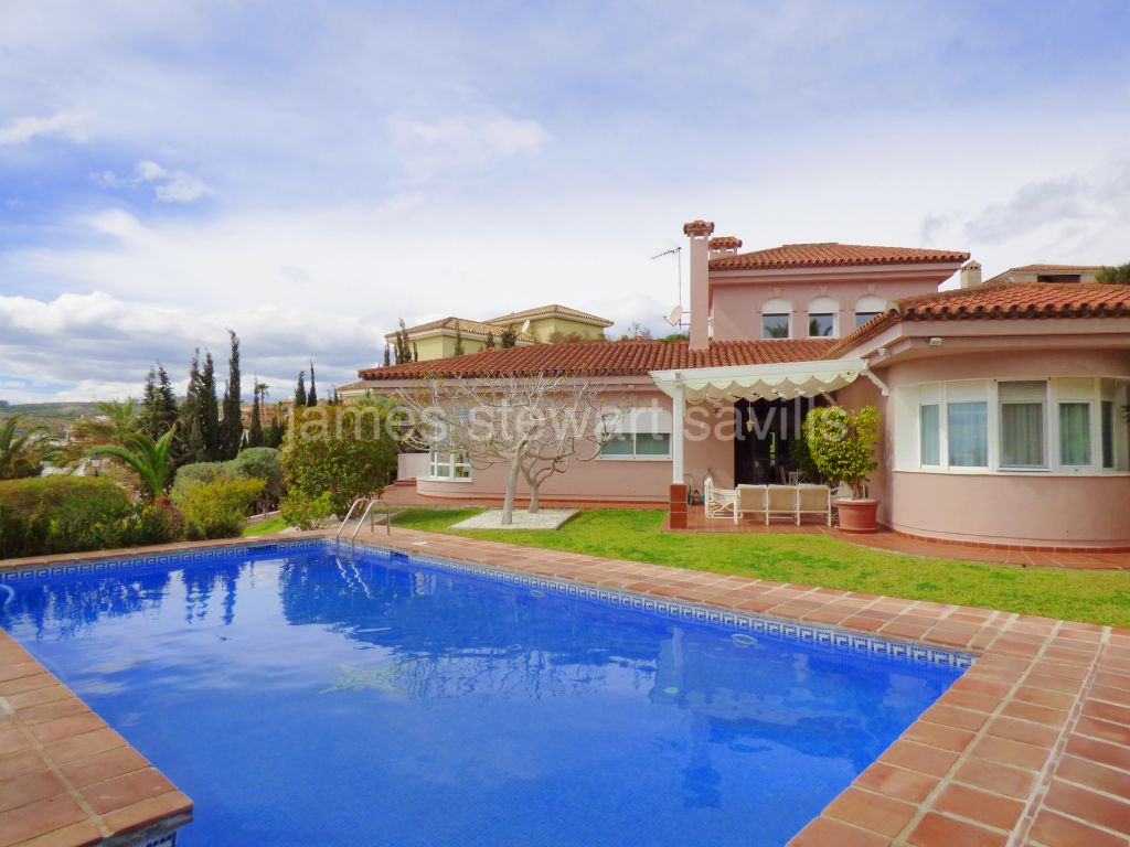 Alcaidesa, Excellent condition 4 bedroom villa in Alcaidesa golf with beautiful sea views.
