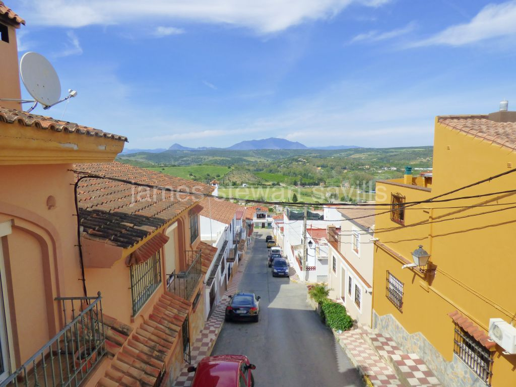 Guadiaro, Spacious village house with lovely views