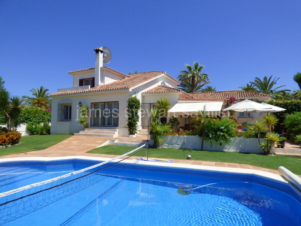 Sotogrande, Lovely corner plot villa in Sotogrande Costa