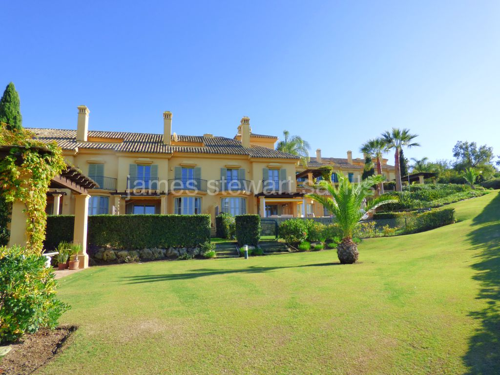 Sotogrande, Excellent frontline Almenara golf townhouse in Los Carmenes with garden