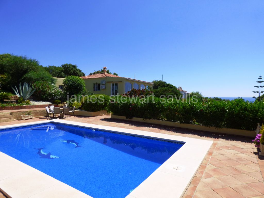 Sotogrande, Wonderful villa in immaculate condition with stunning sea views and guest apartment