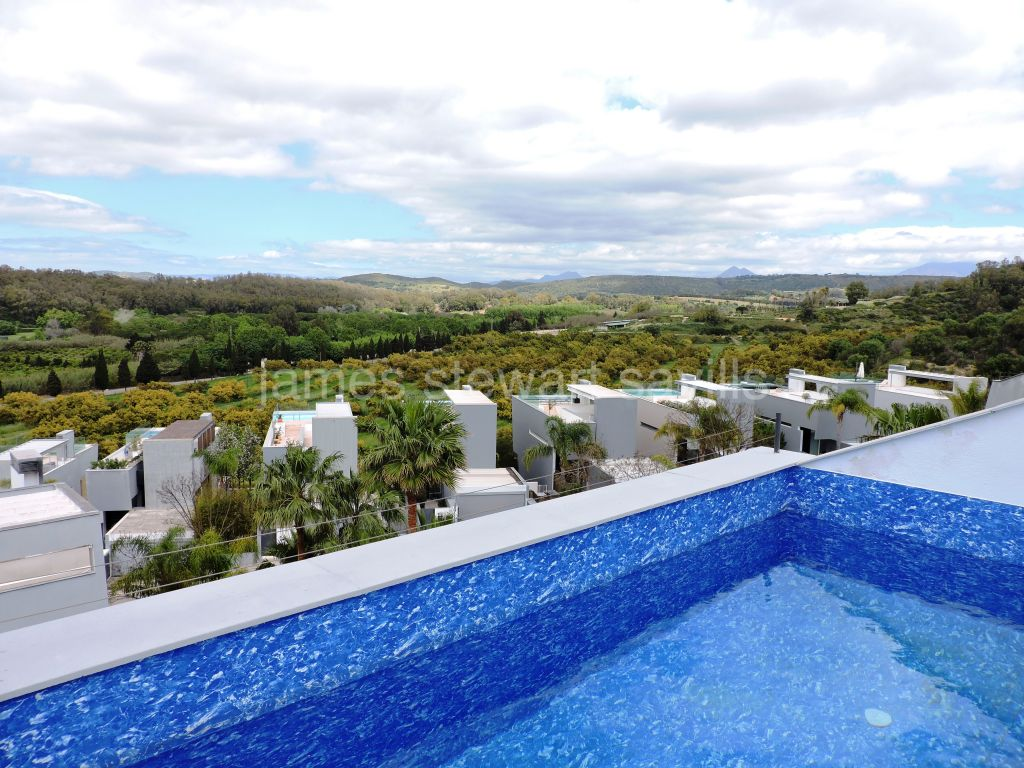 San Enrique de Guadiaro, Contemporary townhouse with private roof pool and lovely country views
