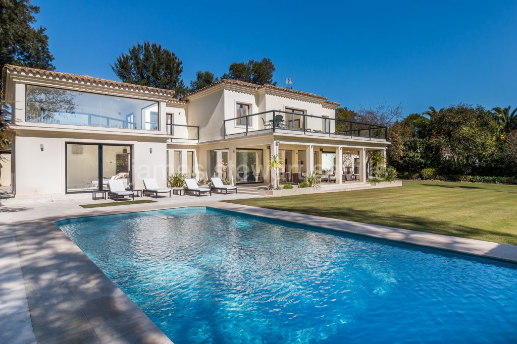 Sotogrande, Spacious modern style villa with lovely light and open