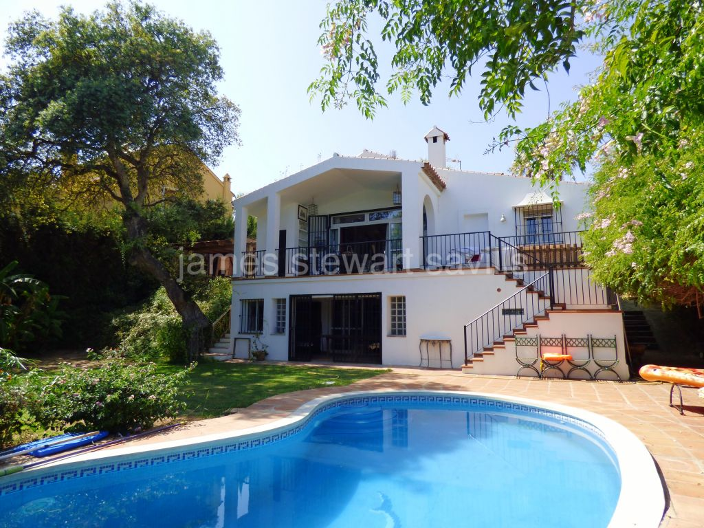 Sotogrande, Characterful villa in Sotogrande Costa with mature garden and beautiful cork trees