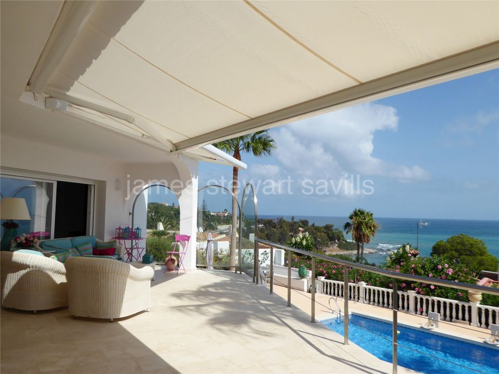 Sotogrande, An excellent property in fabulous condition, pedestrian access to the beach and with stunning Sea views.