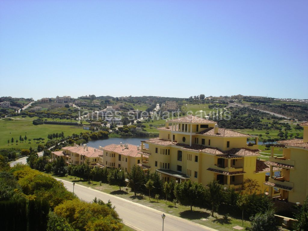Sotogrande, Duplex penthouse overlooking the course and lake of Almenara Golf