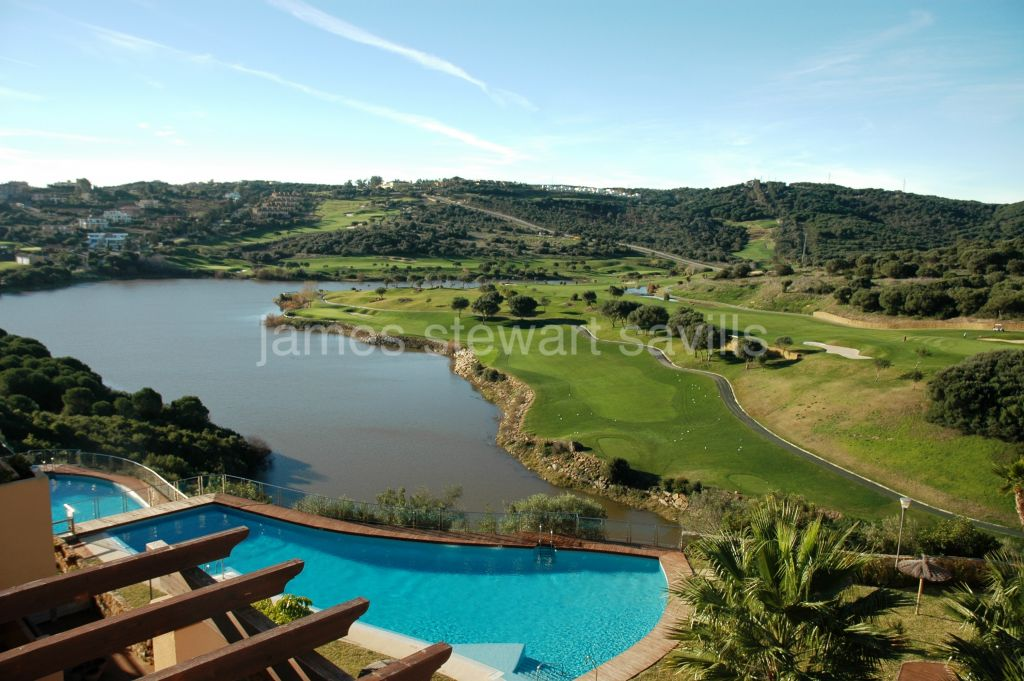 Sotogrande, Bright penthouse with lovely golf views minutes from the International School