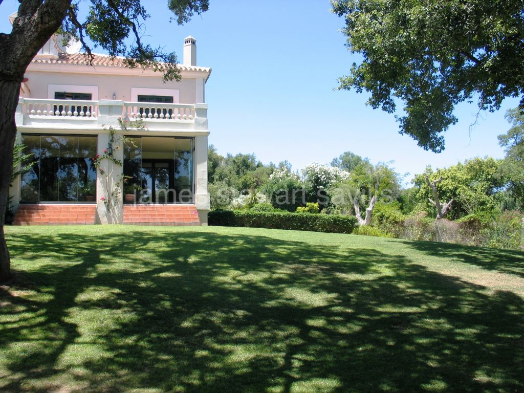 Sotogrande, Great semi-detached house in a gated community with wonderful park like garden