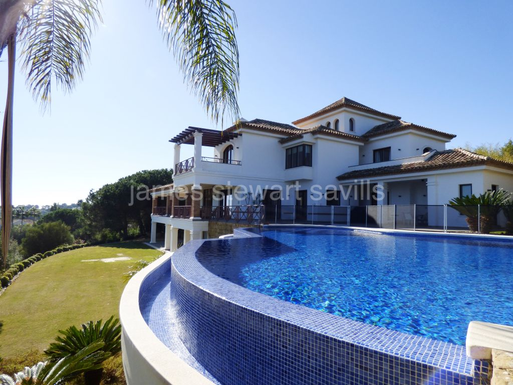 Sotogrande, Exceptional villa with elevated views over La Reserva towards the Mediterranean