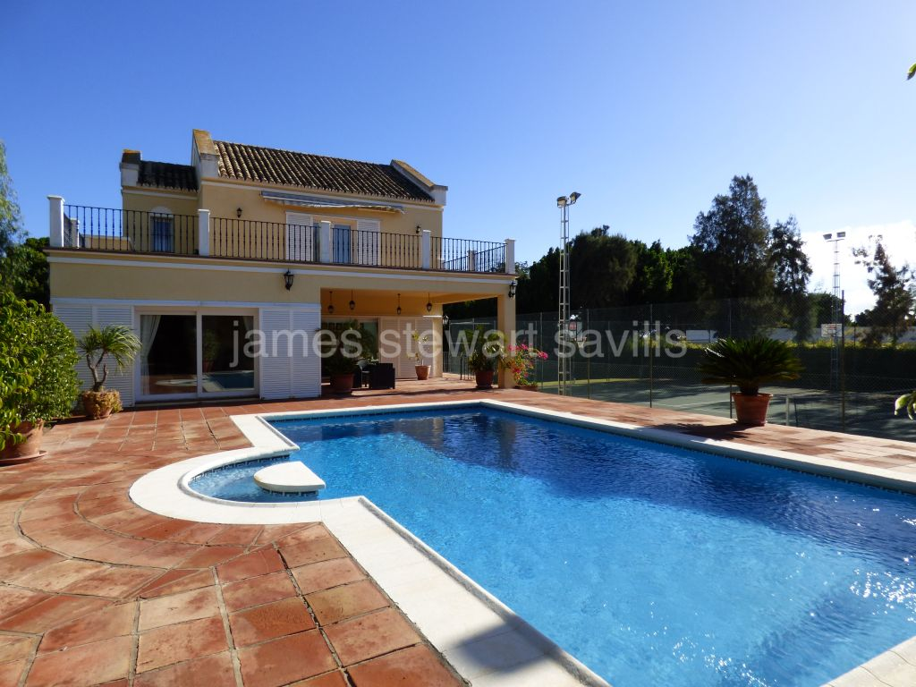 Sotogrande, 6 bedroom villa in Sotogrande Costa with tennis court