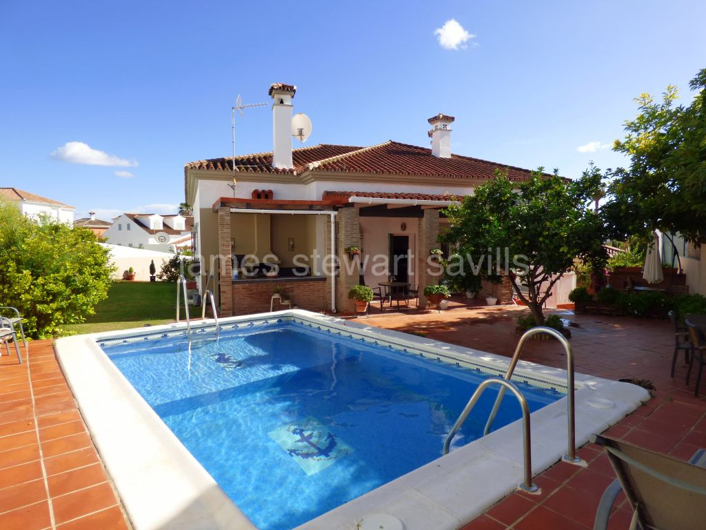 Pueblo Nuevo de Guadiaro, Lovely family home walking distance to schools, shops and short drive from the beach