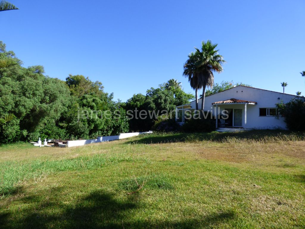 Sotogrande, Excellently located villa on a large 3,828m2 plot with sea views