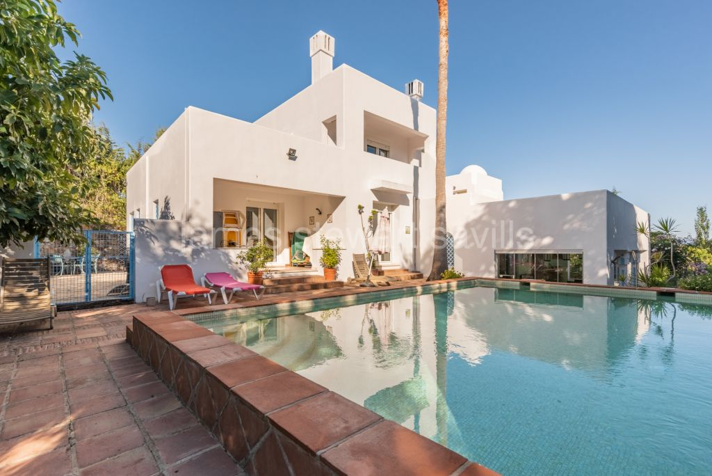 Sotogrande, Villa with multi levels with 5 en-suite bedrooms over looking a protected green zone