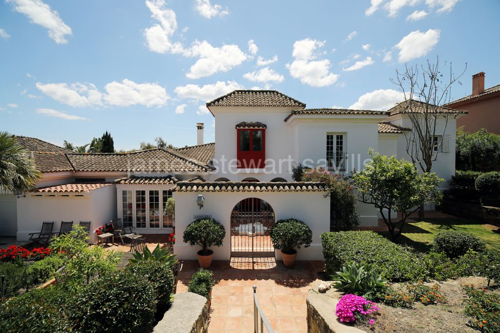 Sotogrande, Charming family home with a lovely mature garden backing onto a protected green zone