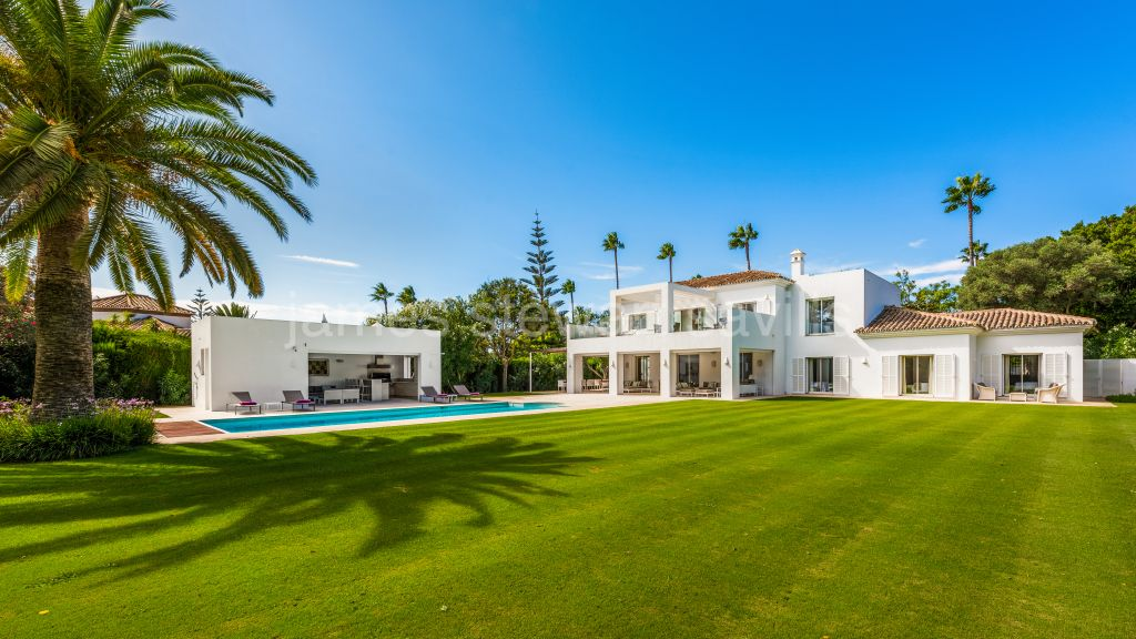 Sotogrande, Contemporary Andaluz villa on Paseo del Parque in immaculate condition with a large garden