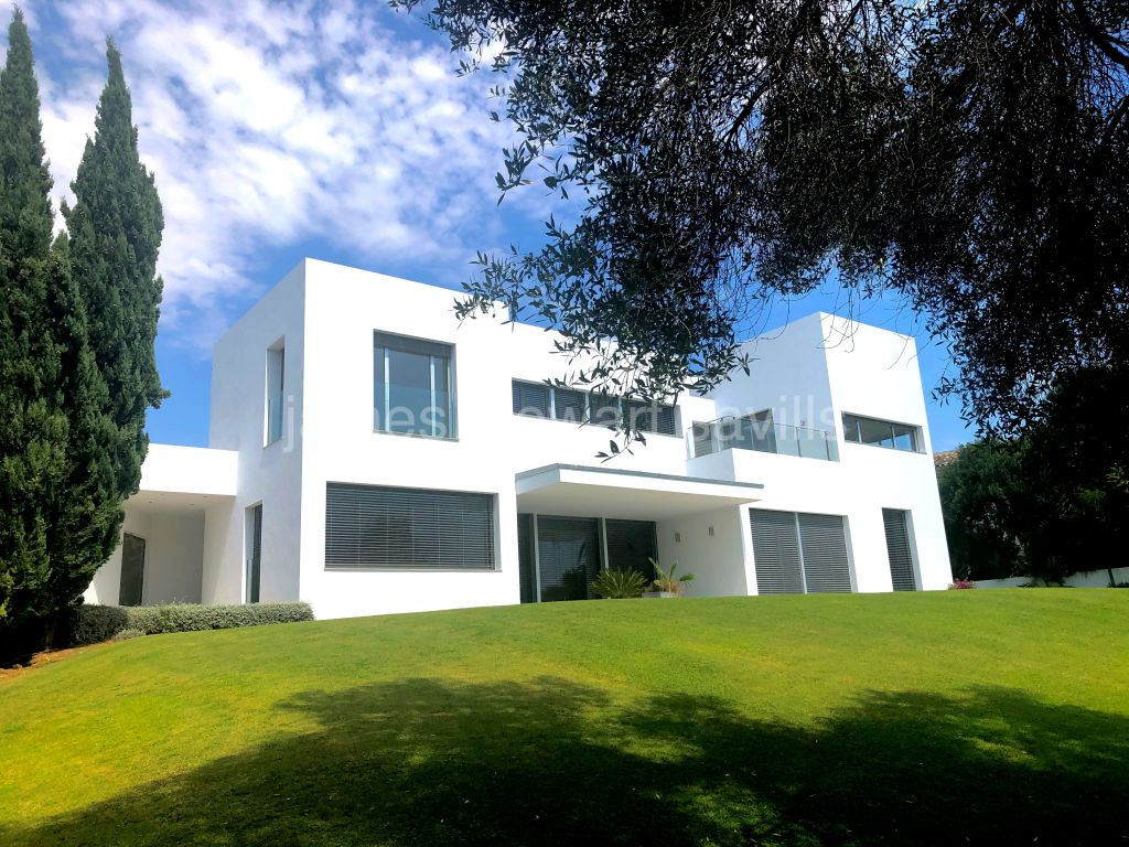 Sotogrande, Stylish contemporary villa on an elevated plot with lovely golf views