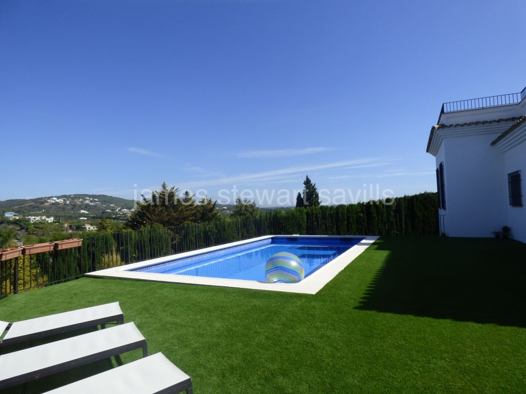 Sotogrande, Andalusian style villa of excellent quality overlooking the Almenara lake