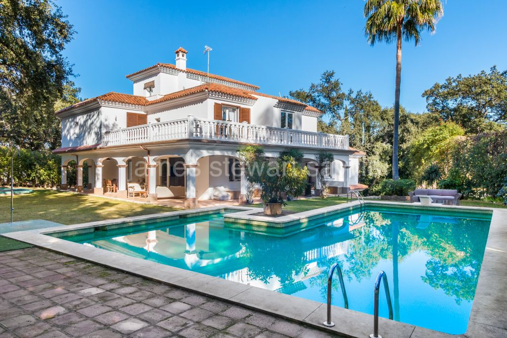 Sotogrande, / bedroom villa in the C zone of Sotogrande Alto with tennis court