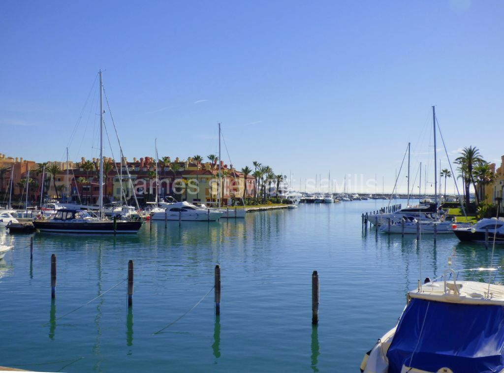 Sotogrande, Spacious 3 bedroom apartment with really pretty Marina views towards the Sea