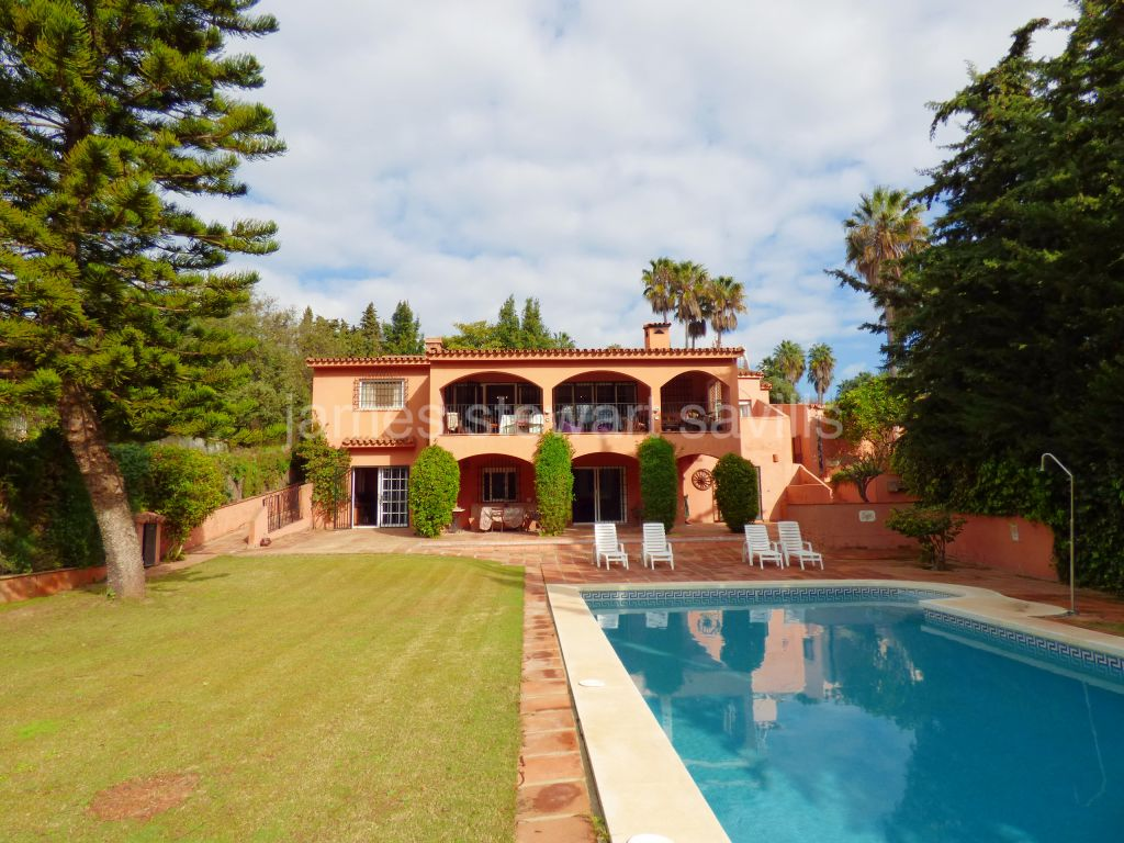Sotogrande, Spacious rustic style villa with separate apartment