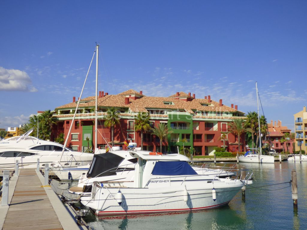 Sotogrande, Spacious 2 bedroom apartment with pretty marina views