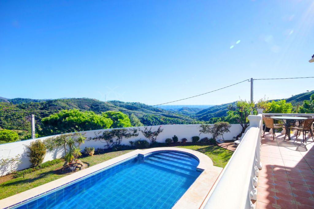 Estepona, Villa en venta en Los Reales con preciosas vistas al mar y piscina privada, Estepona