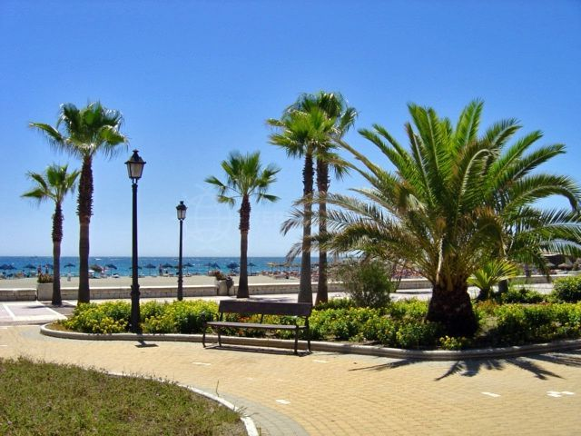 Marbella - Puerto Banus, Beachside apartment for sale in Playa Rocio, front line beach complex in Puerto Banus