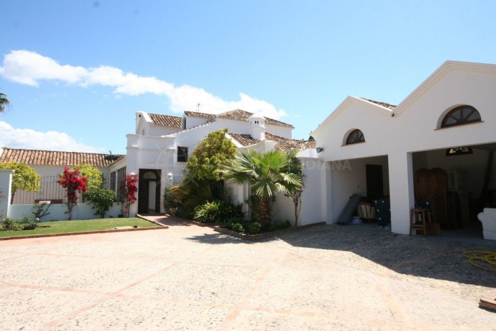 San Pedro de Alcantara, Beautiful Villa for sale, designed by Cesar Leiva in the area of Guadalmina baja.