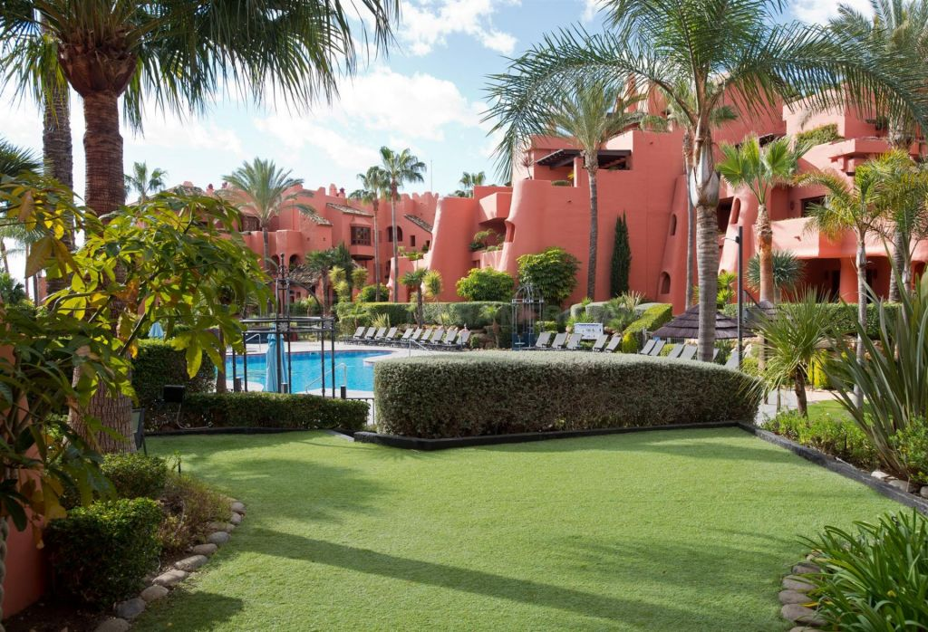 Estepona, Lovely 3 bed ground floor apartment for sale in the frontline beach development of Torre Bermeja in Estepona