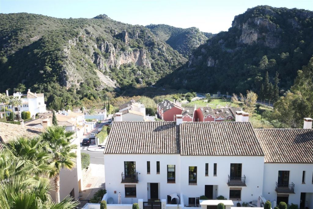 Benahavis, Spacious townhouse with beautiful views for sale in El Casar, Benahavis