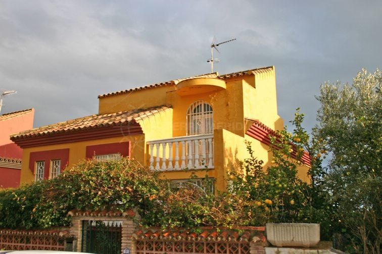 Sotogrande, Charming 3 storey town house for sale in Torreguadiaro, Sotogrande