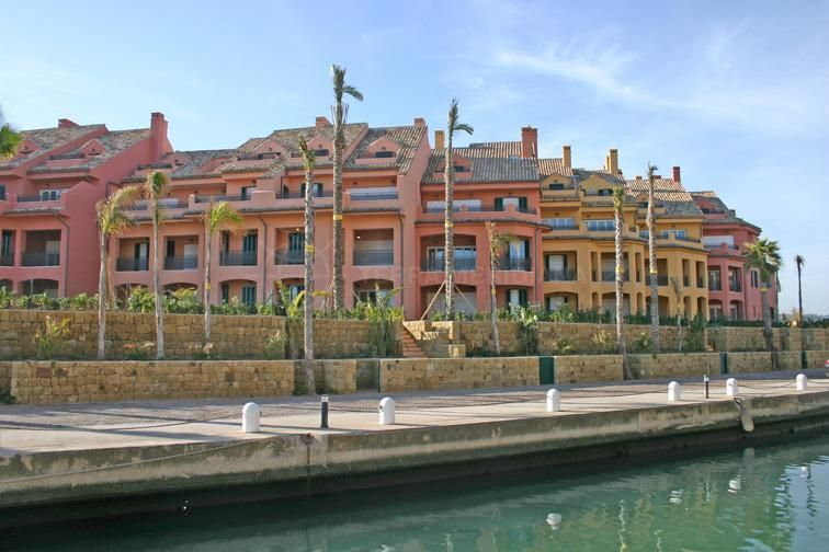 Sotogrande, Unfurnished luxury first floor apartment  for sale views of Sotogrande marina