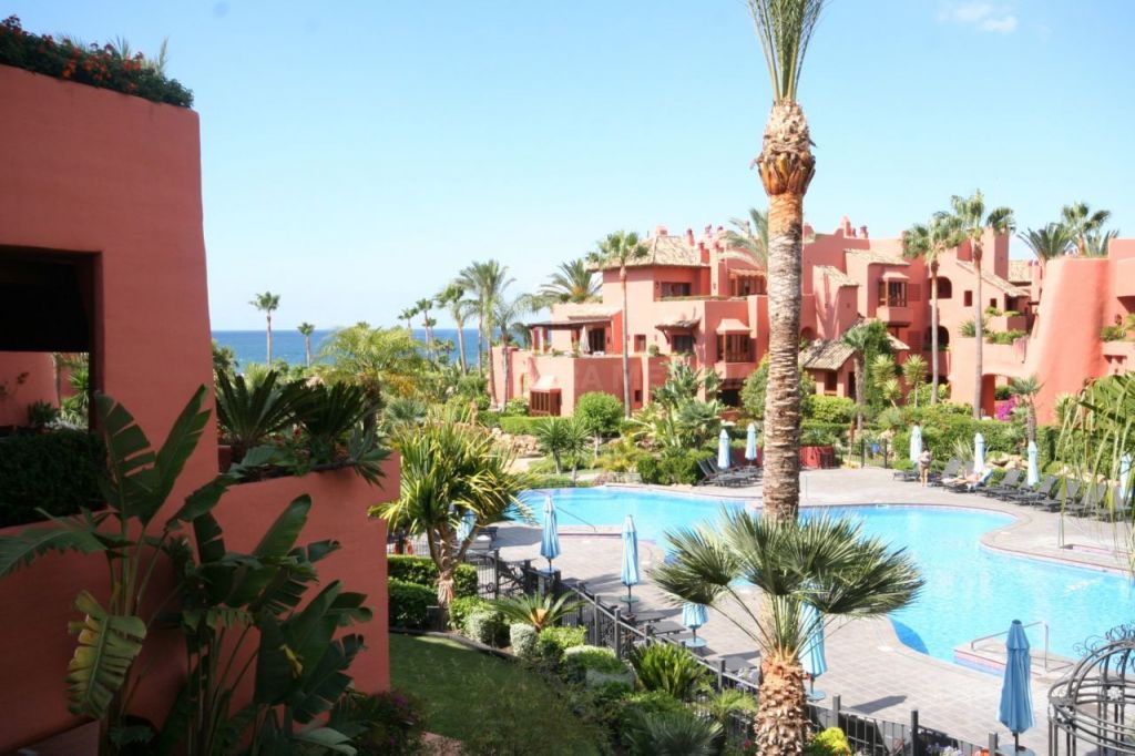 Estepona, Great apartment for sale in fabulous front line beach complex of Torre Bermeja