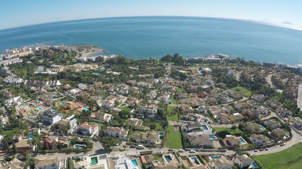 Estepona, Villa familiar amplia, de diseño clásico, con piscina, jardín, a pocos minutos de la playa y el centro, Estepona