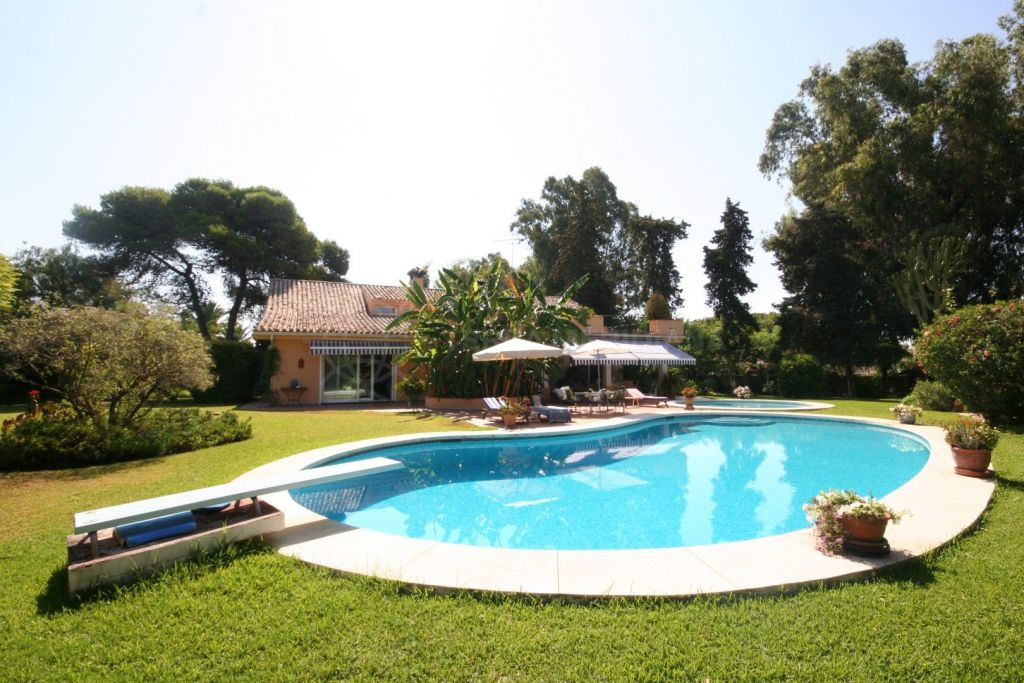 Estepona, Classic style luxury villa just a 2 minutes stroll from the beach for sale in Cancelada, Estepona