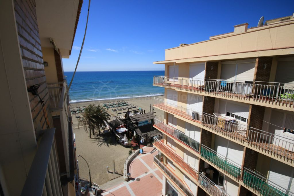 Estepona, Apartment for sale in superb condition in frontline beach building in Estepona Centre, with sea views