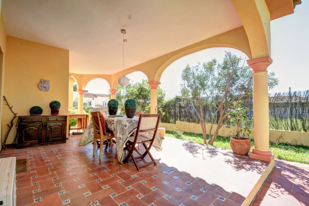 Estepona, Family villa for sale with large garden situated in Don Pedro, distributed on one level very close to the beach.