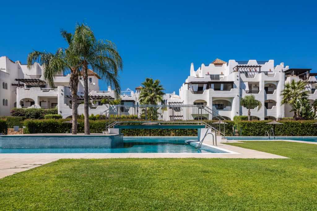 Sotogrande, Spacious 3 bedroom penthouse in popular El Polo urbanization, Sotogrande Costa, walking distance to amenities