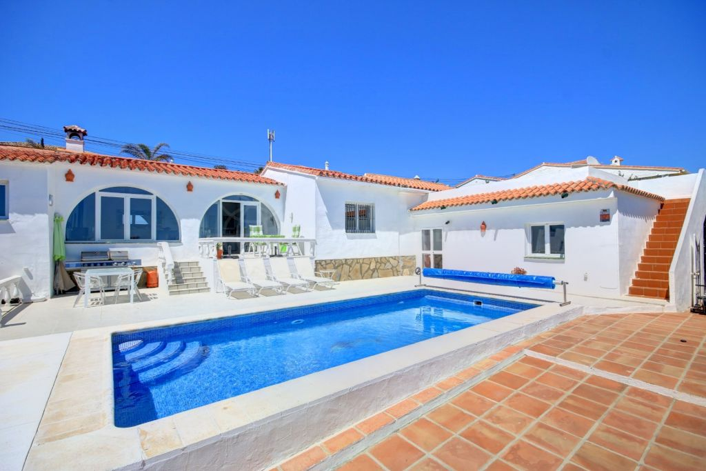 Estepona, Villa for sale with 2 private garages, private swimming pool and great sea views, 7km from Estepona Centre