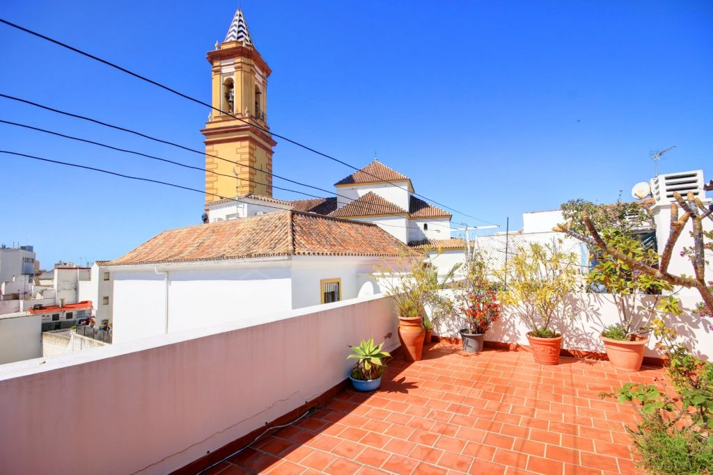 Estepona, Immaculate townhouse for sale in the Old Town of Estepona, near traditional squares and with sea views.