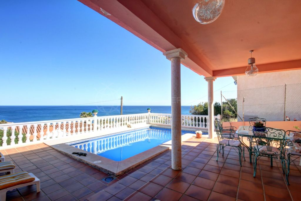 Estepona, Large villa for sale in Buenas Noches, with panoramic views of the sea and private swimming pool.