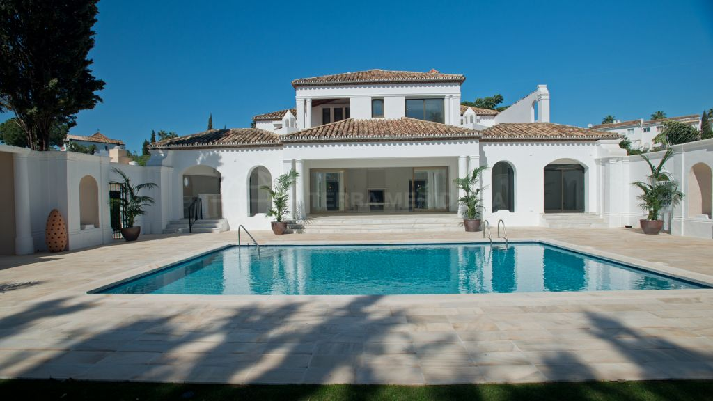 Estepona, Reformed 5 bedroom villa for sale in El Pilar, very quiet location close to shops with private pool and with impressive sea views