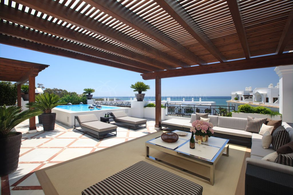 Estepona, Immaculate 3 bedroom apartment for sale in luxurious front line beach development with private pool