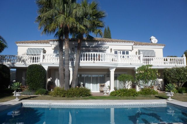 Benahavis, Classic style immaculately presented 6 bedroom villa for sale in Monte Halcones, private pool and sea views