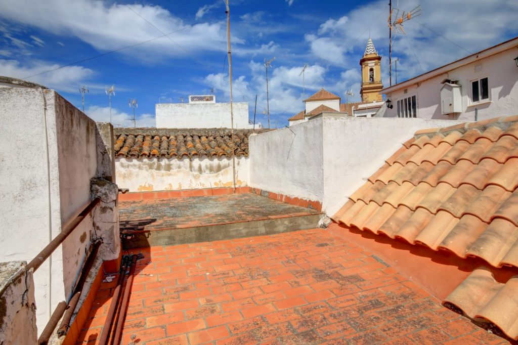 Estepona, Top floor apartment situated in the old town centre of Estepona, very close to the beach