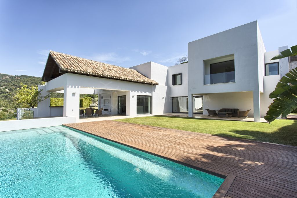 Benahavis, Contemporary 6 bedroom villa for sale in Los Arqueros Golf, with private pool and mountain views